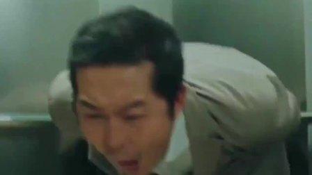 美女坐电梯被猥琐大叔吃豆腐,暴躁美女在线揍人