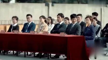 男子当年婚礼上抛弃前女友,如今前任成亿万富豪,让他下跪