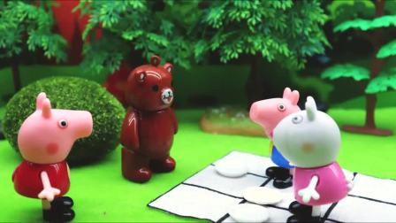 亲子早教宝宝玩具,捣蛋熊想请大家吃烤鱼,大家一块在小河里抓鱼