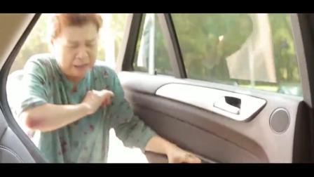 美女开车遇到大妈碰瓷,张口就要两万块,美女的反击给力了