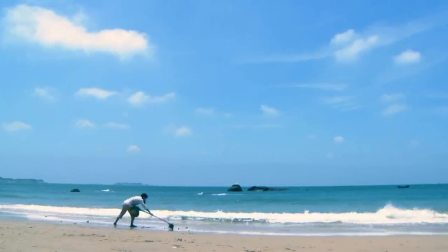 碧海蓝天下,青春活力楚楚动人的少女在海边辛勤捕捞,忘我的捕鱼
