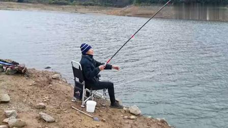 农村水库钓鱼,冬钓用玉米就是不一样,大货拉的手软