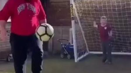 论不能让爸爸带娃的理由之不能与爸爸一起踢球#搞笑视频 #足球 #快乐足球