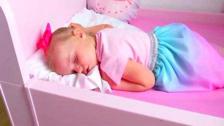 儿童亲子互动,小萝莉过家家照顾小婴儿宝宝睡觉!快来看看吧