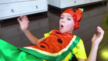 美国儿童时尚,小帅哥拿着西瓜玩具,太有趣了