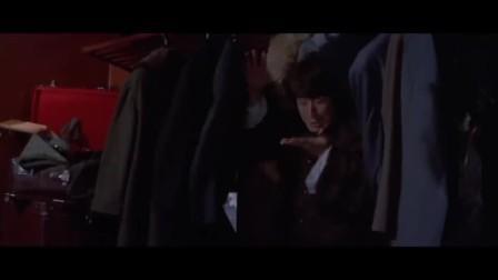 成龙偷东西遇上同行,两个人打到火车顶上,这里像极了跑酷游戏