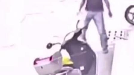 男子开玩笑故意拦朋友车,却不幸被撞倒,头部着地身亡。警方判定双方均有责任。
