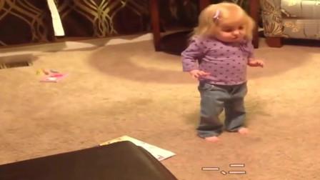 外国小宝贝自己喊着节拍,恰恰舞扭起来