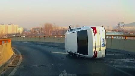 交通事故合集:大货车占道过弯,小车跟车太近悲剧了