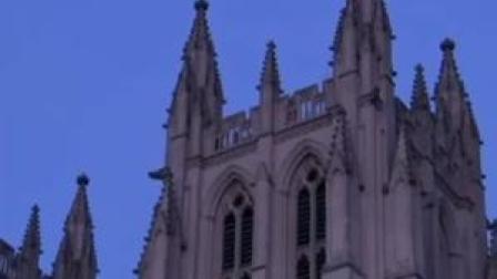 12月15日,美国华盛顿国家大教堂鸣钟300次,纪念因新冠死去的30万美国人。而这已不是今年第一次。