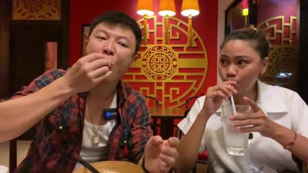 老外在中国:带泰国岳父岳母吃北京烤鸭,老丈人吃得比我还要多