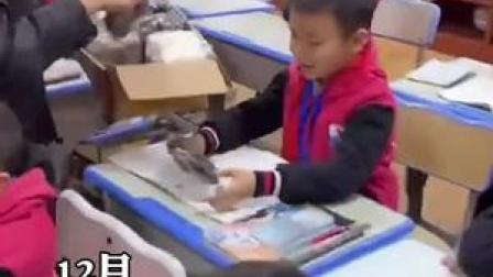 暖心!江西一老师送28名学生一人一双手套,小朋友们写作业再也不会冻手了!