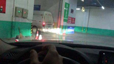 地下车库窄路过道转弯技巧,如何避免剐蹭,教你正确打方向盘