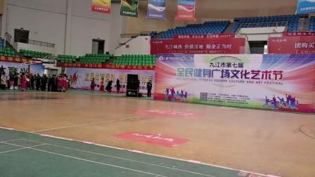 连圆梦舞蹈队表演中国美。