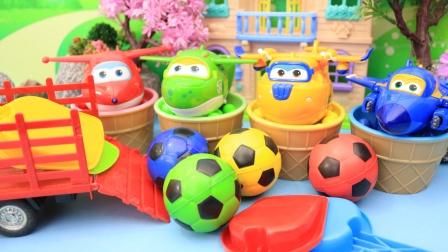 勤奋的小铲子在沙地里挖出好多彩色足球