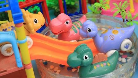 可爱的小恐龙一起玩滑滑梯