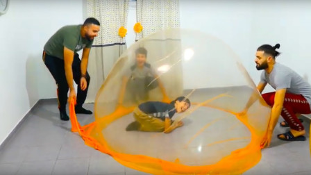 黏黏的史莱姆能做成帐篷?小伙伴们一起拉扯,泡泡帐篷三秒建成