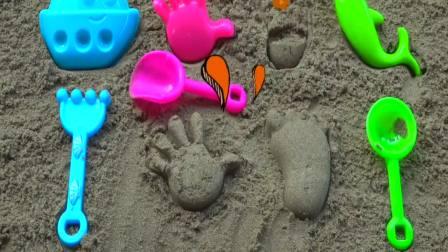 外国萌宝时尚,宝宝用沙子模具做了小手和小脚丫,真有趣呀