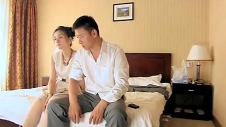 丈夫骗妻子一人在外办事,不料妻子就在他身后,下秒妻子做法绝了
