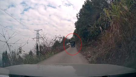 窄路开车爬陡坡,半路遇到一辆拖拉机下来,新手司机要慌了!
