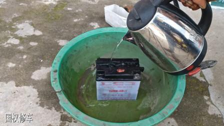 摩托车电池坏了不要扔?用师傅这方法,只加点水就能轻松修好电池