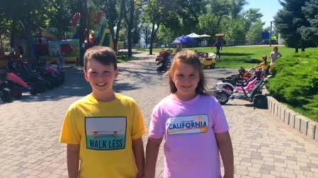儿童亲子互动,孩子们在户外公园里骑动力轮汽车!快来看看吧