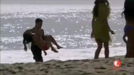 比基尼少女溺水昏迷,幸亏遇到老医生在海边度假!