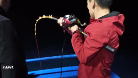 村长带队深海钓鱼,突遇大章红鱼咬钩,钓上来差点比我人还大