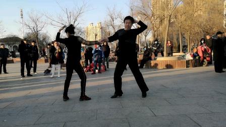 |舞动飘扬和大自然组合在天塔聚舞表演天津吉特巴舞。2020.12.20日