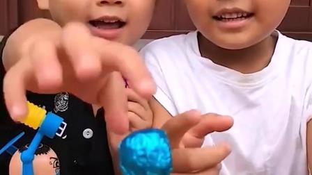 趣味童年:哥哥和弟弟你们的棒棒糖来咯