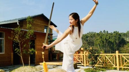 42式太极剑演练者:黄冬梅