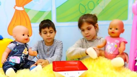 儿童亲子互动,孩子们在假装玩照顾玩具娃娃的游戏!太棒了