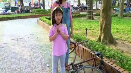 外国萌宝时尚,外国小女和妈妈修理自行车太有趣了,开心极了