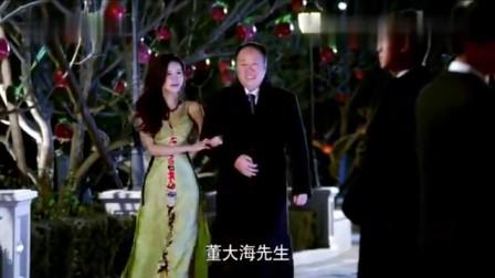 丈夫带着小三走红毯,妻子带着一桶红漆出现,直接往小三脸上泼