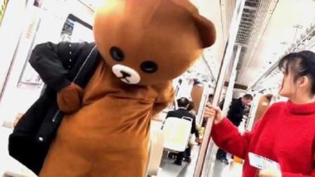 网红熊日常作死,在地铁上整蛊小姐姐,你就等着挨打吧