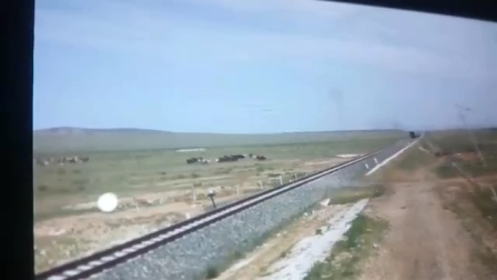 前进蒸汽机车奔驰在大草原