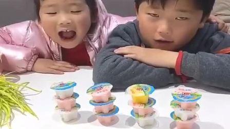童年趣事:想吃果冻,就得把嘴巴张大一点
