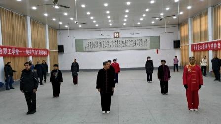 阜南县太极拳健身气功协会走进单位培训健身气功八段锦(9)