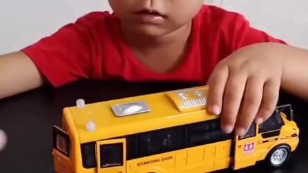 童年乐趣:给弟弟的公交汽车