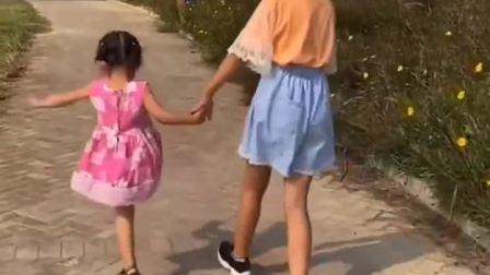 少儿益智:姐姐领着妹妹去海边玩