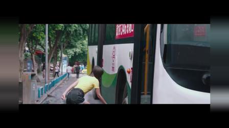 女孩子举起公交车