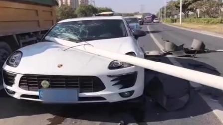 超速是魔鬼,飞速行驶的搅拌车撞倒红绿灯灯柱,刚好砸到豪车上