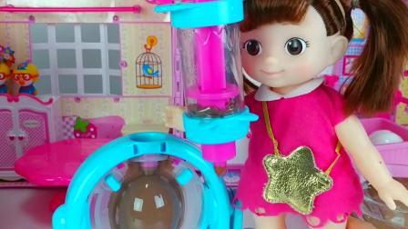 儿童亲子互动,婴儿娃娃巧克力蛋和食物烹饪,真可爱啊