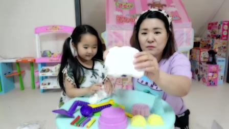 美国儿童时尚,小宝贝同宝妈制作蛋糕冰淇淋,看起来很好吃