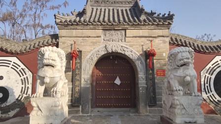 河南农村有座古庙,门上刻的四个字难倒了很多人,你看看认识吗?