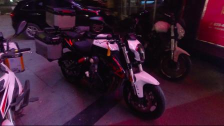第一次看到国产摩托车贝纳利黄龙600,街车装上3箱后大气了很多