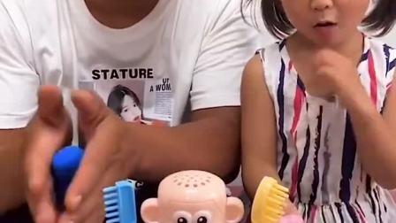 亲子游戏:给玩具宝宝做造型,太有趣了