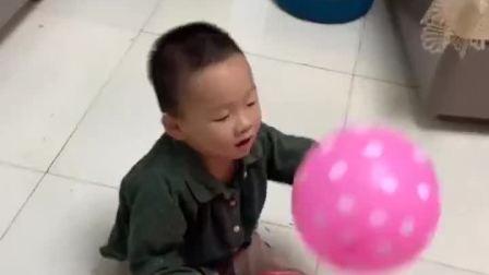 亲子游戏:弟弟被气球弄倒了