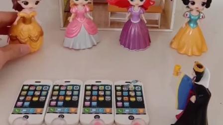 王后买了橡皮玩具,让公主们写名字,不料贝儿公主不会写