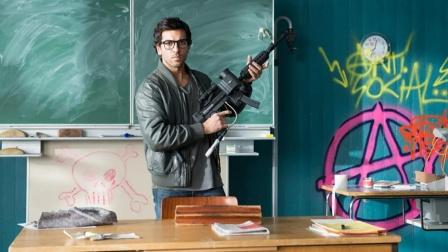 学生疯狂捉弄新老师,却没想到老师如此硬核,第二天竟带枪上课!